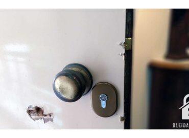 Επισκευή μπάρας ασφαλέιας και αλλαγή κλειδαριάς ξύλινης πόρτας μετά από απόπειρα διάρρηξης.