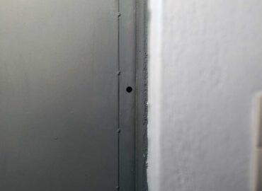 Εγκατάσταση πρόσθετης κλειδαριάς σε σιδερένια πόρτα αποθήκης.