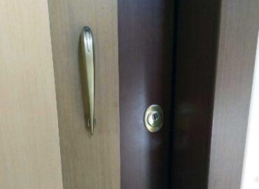 Αντικατάσταση κλειδαριάς ασφαλείας Cisa σε πόρτα ασφαλείας Golden Door.